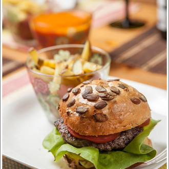 Hamburger z krążkami cebulowymi, domowe frytki i domowy ketchup