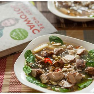 Azjatycki bulion z kurczakiem i makaronem ryżowym